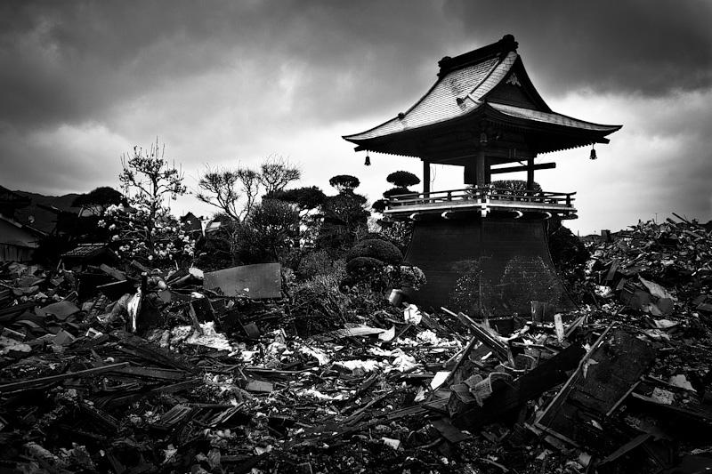Turm eines Tempels nach dem Tsunami 2011. Foto: Kasper Nybo