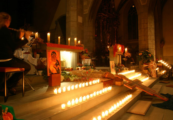 Zahllose Kerzen an einem Altar