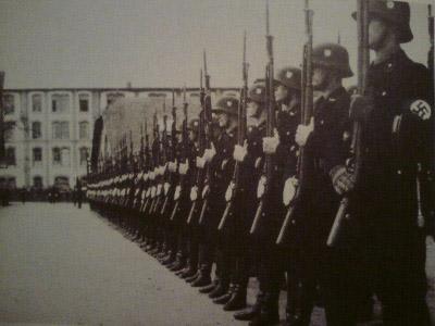Appell einer Ehrenkompanie der III./SS-Standarte Germania in der Sankt-Johannis-Straße