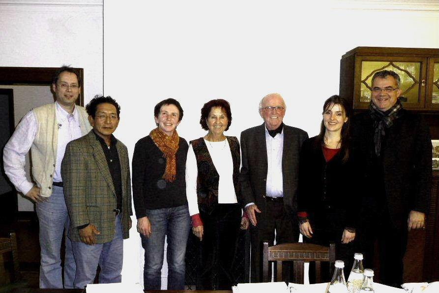 Der neue Vorstand (von rechts): Schmidt, Mann, Wilke, Naschwitz, Blender, Thaktsang, Stadler